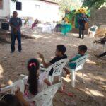 Policiais militares distribuem lanches e brinquedos para as crianças de Presidente Vargas